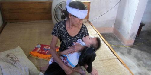 Thương cảnh bà cháu quấn 3 khăn tang ôm nhau khóc sau tai nạn thảm khốc