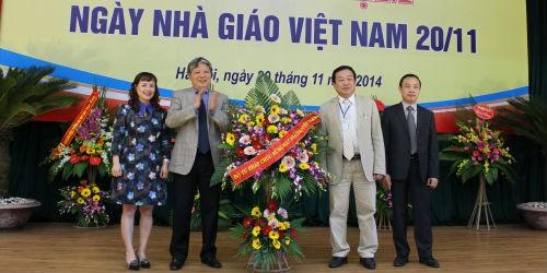 Bộ trưởng tặng hoa chúc mừng Ban Giám đốc Học viện Tư pháp nhân Ngày Nhà giáo Việt Nam 20/11