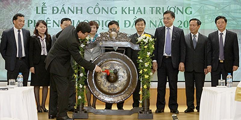 Chủ tịch Ủy ban Chứng khoán Nhà nước Vũ Bằng đánh cồng khai trương phiên giao dịch đầu tiên năm 2015 của thị trường chứng khoán Việt Nam