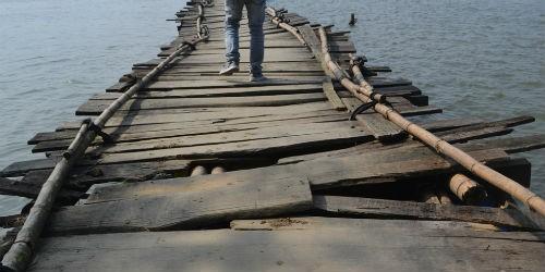 """Thấp thỏm đi qua cây cầu """"tử thần"""" chực chờ"""