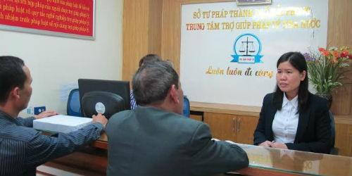 Chị Liên tư vấn pháp luật cho người dân