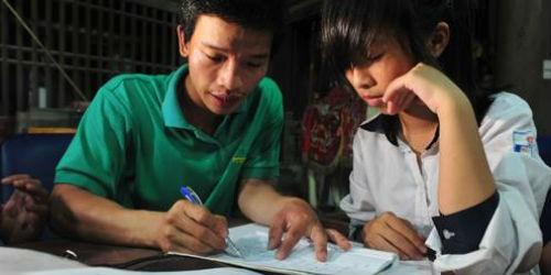 Anh Phương đang hướng dẫn học sinh ôn thi