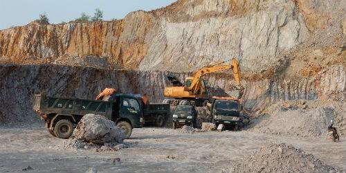 Tình trạng khai thác khoáng sản trái phép vẫn tràn lan ở nhiều địa phương. Ảnh: MH