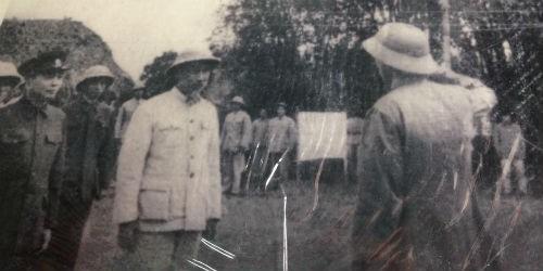 Bức ảnh Bác Hồ cùng Đại tướng Võ Nguyên Giáp đến thăm và giao nhiệm vụ cho Sư đoàn 316 trở lại xây dựng nông trường Điện Biên
