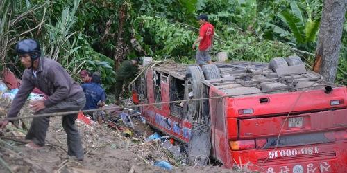 Sự sống sót diệu kỳ của hơn 40 hành khách trên chuyến xe định mệnh