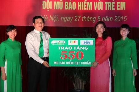 Mai Linh tặng mũ bảo hiểm nhân tháng hành động vì trẻ em