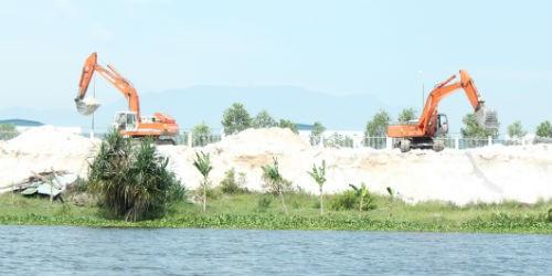 Thiết bị chuyên dùng của công ty Biên Giới đang khai thác cát