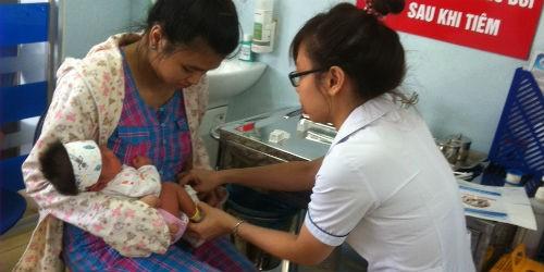 """Tiêm """"vét"""" vắc xin ở Bệnh viện Nhi Trung ương: Mô hình cần nhân rộng"""
