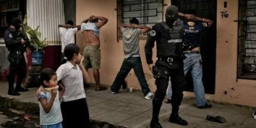Cảnh sát bắt các thành viên băng nhóm trên đường phố