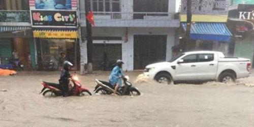 Chiều tối qua, 26/7, đường phố Quảng Ninh ngập nặng sau cơn mưa lớn kéo dài. (Ảnh: Tuấn Khanh/Dân trí)