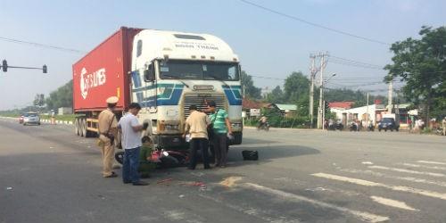 Vợ tử vong, chồng nguy kịch dưới bánh xe container