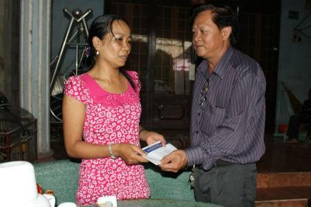Ông Dương Văn Hiền, Phó chủ tịch công đoàn, đại diện Number 1 đã đến thăm hỏi, tặng quà cho gia đình cháu Tú Anh