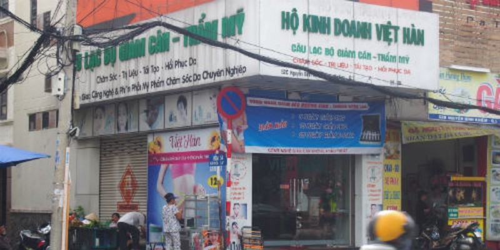 Bảng hiệu của cơ sở kinh doanh tại số 52C Nguyễn Bỉnh Khiêm sau khi thanh tra