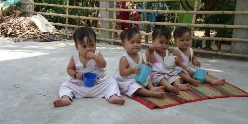 Các bé gái sinh tư Việt- Nam- Hạnh- Phúc