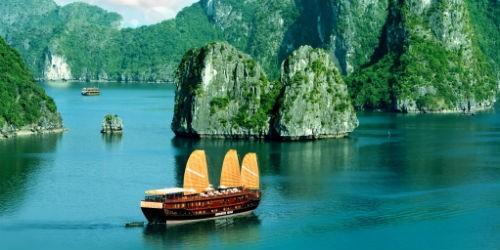 Vịnh Hạ Long là điểm đến hấp dẫn du khách trong và ngoài nước