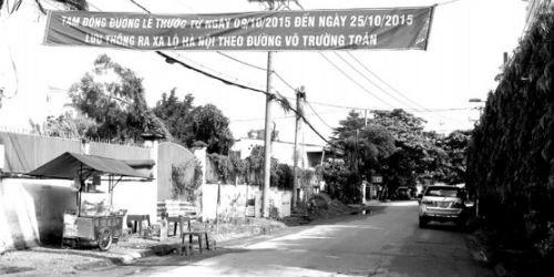Băng rôn tạm đóng đường Lê Thước được chính quyền quận 2 treo tại đường Lê Thước sáng 7/10