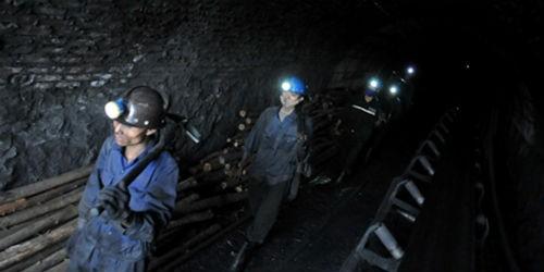 Cuộc sống cực nhọc của những người làm nghề than. (Ảnh: Hoàng Hà)