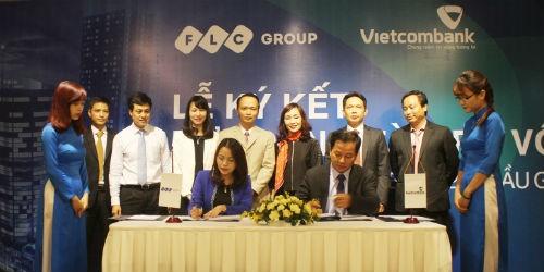 Bà Hương Trần Kiều Dung – Tổng giám đốc Tập đoàn FLC và ông Nguyễn Việt Cường – Giám đốc Vietcombank Ba Đình ký hợp đồng tài trợ vốn