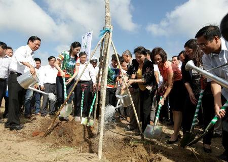 Vinamilk trồng cây tại khu di tích đường Hồ Chí Minh trên biển