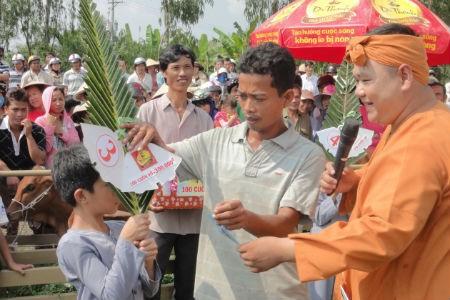 Cặp bò vàng giúp hộ nghèo nâng cao chất lượng cuộc sống