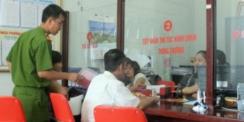 Người dân nộp hồ sơ tại bộ phận một cửa phường Phú Diễn, Hà Nội