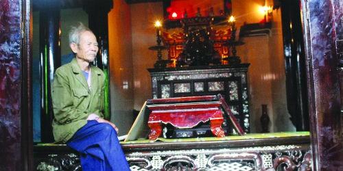 Ông Nguyễn Màng ung dung ngồi trong căn nhà rường cổ của mình