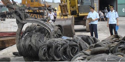 Hàng chục nghìn tấn lốp cũ đang tồn đọng tại các cảng biển, cửa khẩu. Việc quản lý nhập khẩu đang có lỗ hổng, nếu  không có giải pháp có thể dẫn đến nguy cơ tuồn rác thải nguy hại đến Việt Nam