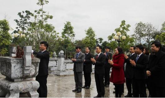 Thứ trưởng Lê Thành Long thay mặt Đoàn công tác Bộ Tư pháp dâng hương tại Đền thờ Chủ tịch Hồ Chí Minh