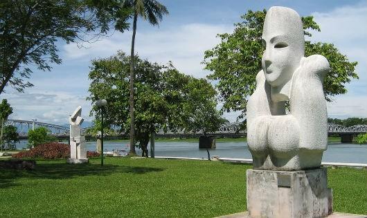 Vườn tượng với không gian xanh mát ven bờ Nam sông Hương.