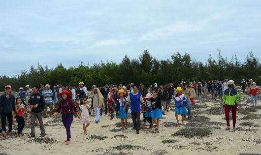Hàng trăm người dân xã Tam Tiến kéo ra phản đối xây dựng bể chứa xử lý nuôi tôm công nghiệp