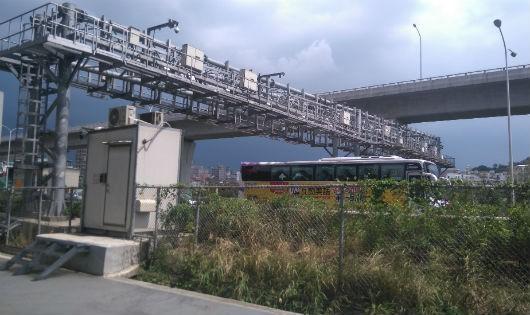 Ở Đài Loan, thiết bị thu phí tự động gắn trên giá long môn, phía dưới xe vẫn qua trạm với tốc độ cao