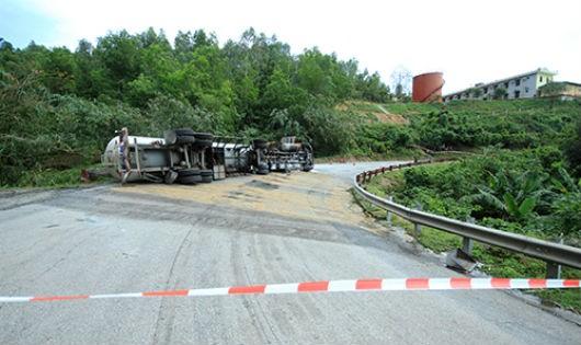 Chiếc xe chở gas bị lật nghiêng, cách kho xăng dầu quân đội chừng 50m. Ảnh: Nguyễn Đông
