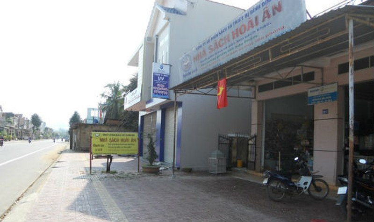 So với Nhà sách Hoài Ân được xây dựng từ trước, công trình xây dựng tại số 115B Nguyễn Tất Thành chìa ra phía vỉa hè khoảng 2m