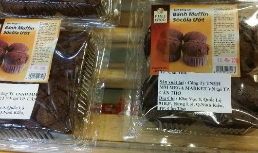 Sản phẩm bánh ngọt quá hạn sử dụng được siêu thị Metro bày bán (Ảnh cắt từ clip)