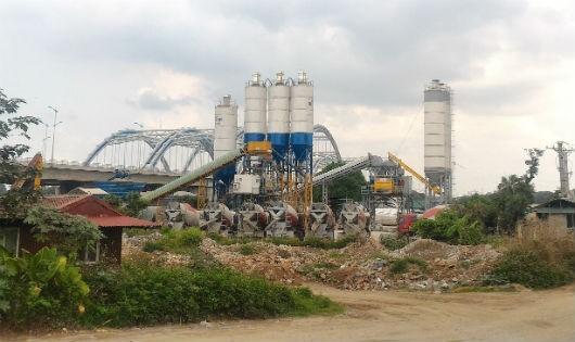 Hai trạm trộn bê tông ngang nhiên xây dựng không phép trên đất nông nghiệp