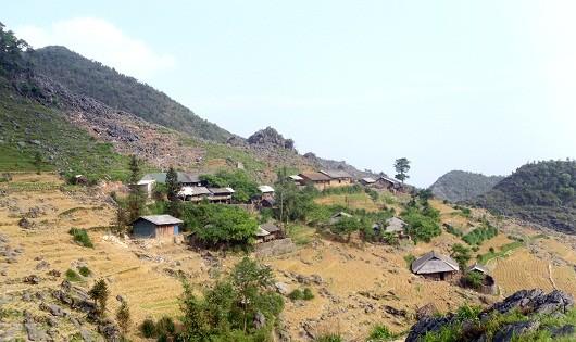 Bản Sán Séo Tỷ là những ngôi nhà nằm san sát trên các sườn đồi
