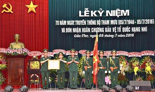 Thừa ủy quyền của Chủ tịch nước, Trung tướng Nguyễn Hoàng Thủy - Tư lệnh Quân khu 9 - trao tặng Huân chương Bảo vệ Tổ quốc hạng Nhì cho Bộ Tham mưu, Quân khu 9