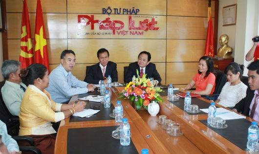 Báo PLVN trao đổi kinh nghiệm làm báo với đoàn cán bộ Lào