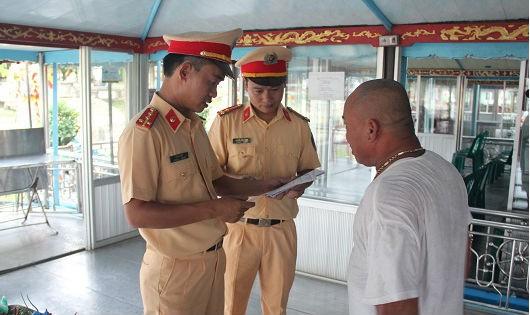 'Độc chiêu' né cảnh sát giao thông trên sông Hương