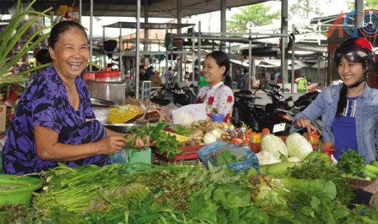 """Nhà bán lẻ """"ngoại"""" dễ gì đánh bại chợ truyền thống"""