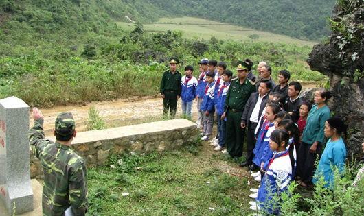 Cán bộ, chiến sĩ Đồn Biên phòng Bảo Lâm tuyên truyền về quốc gia, quốc giới cho học sinh và nhân dân trên địa bàn