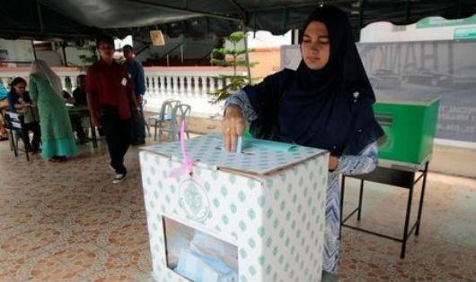 Một phụ nữ Thái Lan đi bỏ phiếu. Ảnh: Reuters