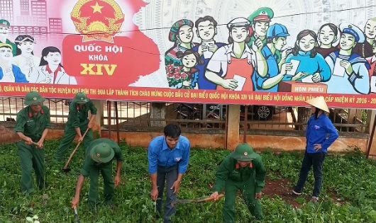 Cán bộ, chiến sĩ Lữ đoàn 234 giúp người dân sửa chữa đường liên thôn Plei Tông Will