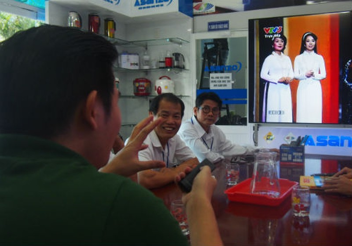 Ông chủ Asanzo giới thiệu tivi với đối tác
