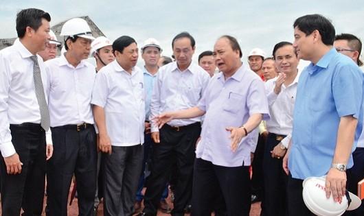 Thủ tướng Nguyễn Xuân Phúc trao đổi với lãnh đạo tỉnh Nghệ An và chủ đầu tư dự án