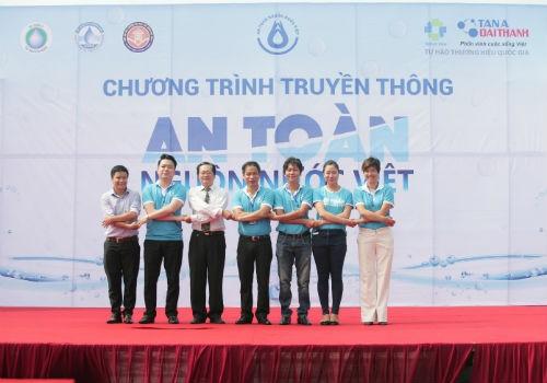 """Đại diện các bên liên quan cùng bắt chéo tay cam kết cùng hành động thực hiện các giải pháp hướng đến """"An toàn nguồn nước Việt"""""""