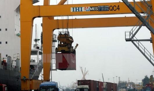 Bốc xếp contairner hàng hóa xuất nhập khẩu tại tại Cảng Chùa Vẽ, Hải Phòng