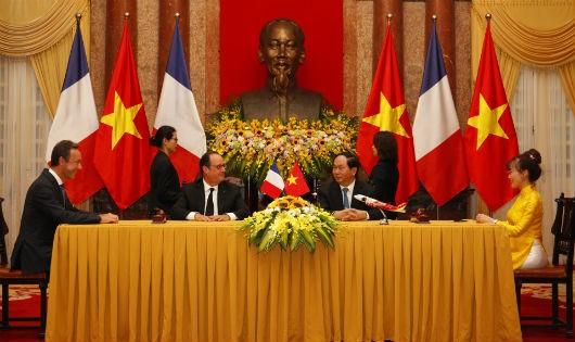 Chủ tịch nước Trần Đại Quang và Tổng Thống Pháp François Hollande chứng kiến Lễ ký kết