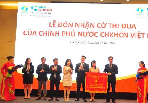 Tập Đoàn Tân Á Đại Thành vinh dự đón nhận Cờ thi đua của Chính Phủ