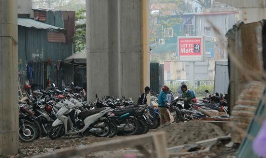 Chật kín hàng trăm chiếc xe máy xếp dưới gầm đường sắt trên cao